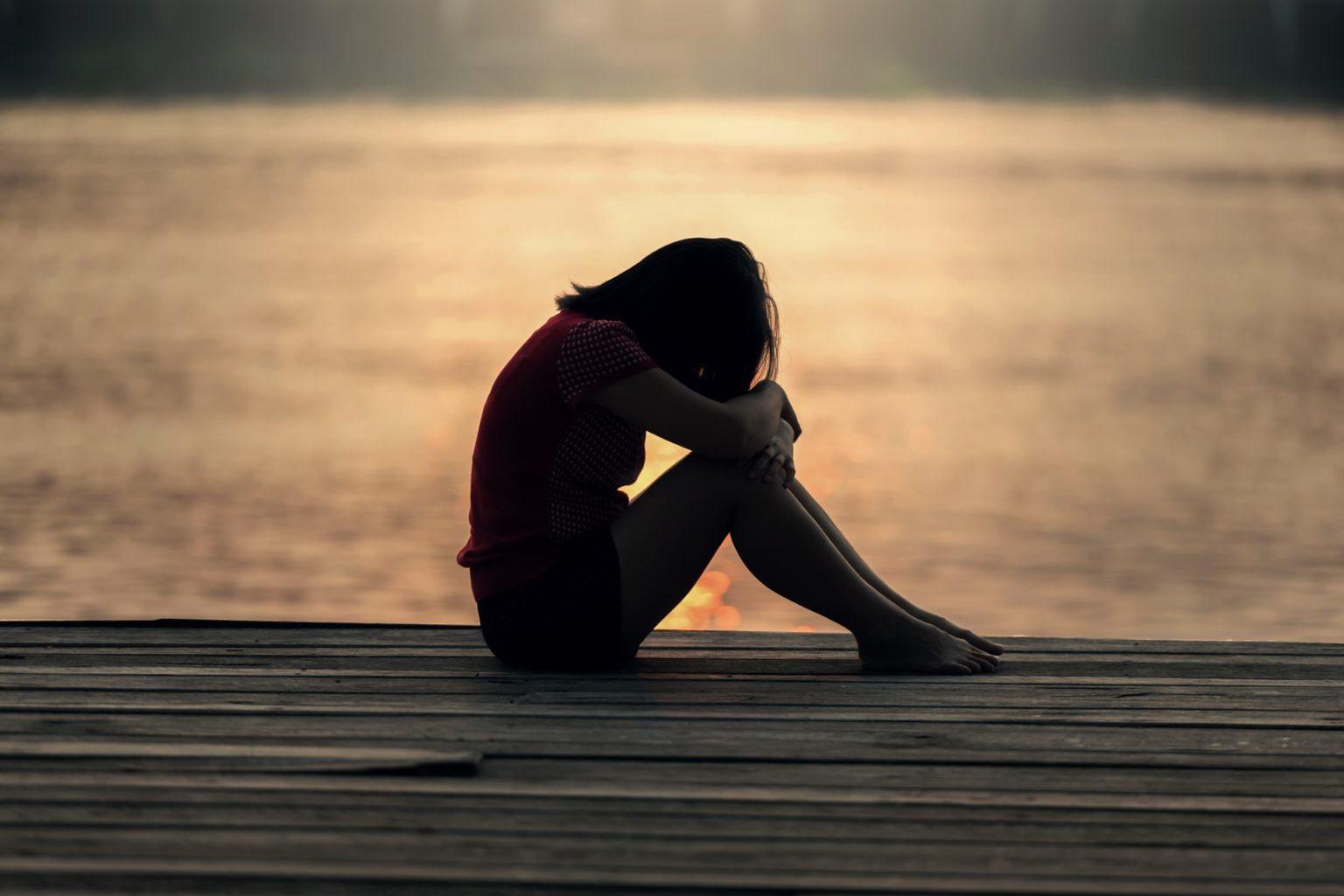 πένθος. Μια γυναίκα που θρηνεί/ είναι στεναχωρημένη για κάτι